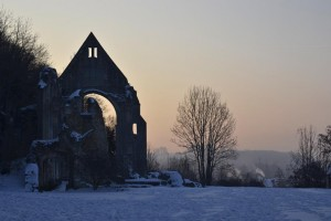 Beaumont-le-Roger-labbaye-sous-la-neige-300x200